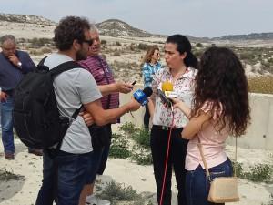 Tina Ruiz atendiendo a los medios.