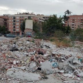 Ciudadanos exige una limpieza de choque en varios solares del Infante llenos de basura, maleza y escombros