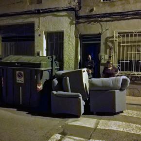 Vecinos de Alquerías piden una reubicación de los contenedores de la calle Agustín Virgili y la retirada de escombros y basura junto a la rotonda de entrada a la pedanía