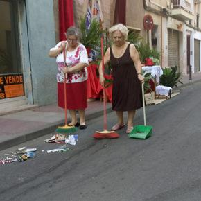 Vecinos de San Antolín barren las calles para la procesión del Corpus ante la desidia de la pedánea que no avisó a los servicios de limpieza