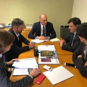 El titular de Turismo mantiene una reunión de urgencia con agentes del sector para abordar la crisis de coronavirus en Murcia